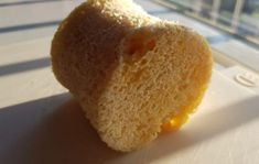 Dit koolhydraatarme broodje is geweldig. Met maar 2 gram koolhydraten en wel 13 gram eiwitten heb je een goudmijntje in je handen. Je hebt een kopje nodig, een magnetron én 90 seconden.