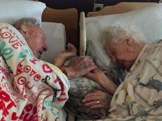 Casal centenário passa os últimos momentos da vida de mãos dadas