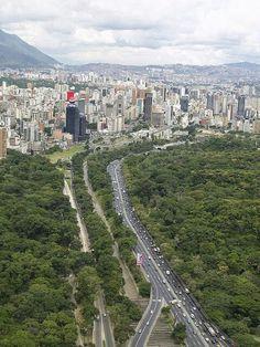 Caracas, Venezuela es la ciudad capital de la República Bolivariana de Venezuela, así como el principal centro administrativo, financiero, político, comercial y cultural de la nación. Se encuentra ubicada en la zona centro-norte costera del país, a unos 15km de la costa del mar Caribe y se sitúa dentro de un valle montañoso a una altitud promedio de 900msnm. El Parque Nacional Waraira Repano, conocido como el cerro Ávila, es su mayor pulmón vegetal y es el accidente geográfico que separa…