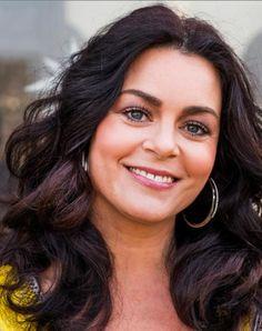 Kim-Lian van der Meij 01-10-1980 Nederlandse zangeres, actrice, televisiepresentatrice, stemactrice musicalster en danseres.