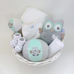 kraammand gevuld met mooie babyartikelen uit de uil serie van tiamo