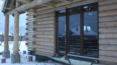 drewniany dom- już jedno okno ma -)