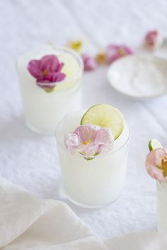 Frozen Wedding Cocktails Perfect for Your Summer Celebration Cocktail Shots, Cocktail And Mocktail, Refreshing Cocktails, Easy Cocktails, Summer Cocktails, Yummy Drinks, Cocktail Recipes, Mezcal Cocktails, Frozen Margaritas