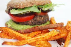 Veganer Burger mit Süßkartoffelpommes - Burger aus schwarzen Bohnen mit Sweet Potato Fries
