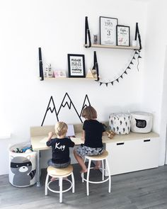 76 vind-ik-leuks, 14 reacties - Dean, Kay & Vajèn (@rijneker_rebels) op Instagram: 'The boys • i love the kids- side of our living room . . Heerlijk bureau voor de kids met veel…'