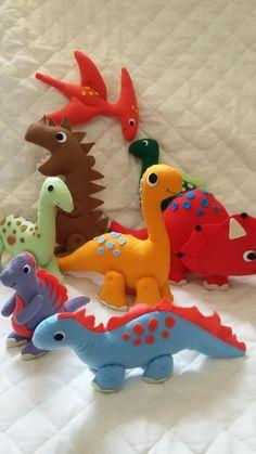 Kit dinossauros em feltro!    Produzidos em feltro de qualidade e preenchidos com fibra siliconada antialérgica.    Ideal para decorar festas, quarto infantil e utilizar como centro de mesa.    Eles param em pé sozinhos (exceto o pterossauro).    Para adquirir itens separados entre em contato.   ...