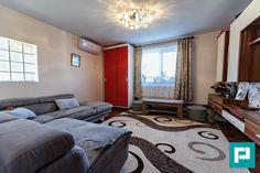 Vă propunem spre achiziție în exclusivitate o casă total renovată, mobilată și utilată modern! Casa se află în Localitatea Pecica, în vecinătatea DN 7, cu acces și de pe autostrada Arad-Nădlac, la doar câteva minute distanță de centrul Aradului. Construcția este formată din: 2 dormitoare, 1 sufragerie, 1 bucătărie, 1 baie, renovate și izolate recent.