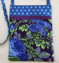 Polka dots are perfect with a strong floral print on this cross body bag. Learn this handy trick to install a zipper for all your zippered pouches, bags, and projects. Only use the teeth and skip sewing around the zipper pull bags for best results. Easy Sewing Projects, Sewing Hacks, Sewing Tutorials, Bag Tutorials, Bag Patterns To Sew, Pdf Sewing Patterns, Cross Body Bag Pattern Free, Wallet Pattern, Tote Pattern