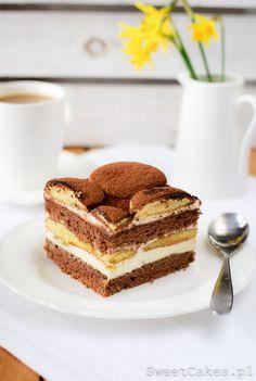 Biszkopt kakaowy nasączony kawą i likerem, przełożony lekkim kremem, posypany kakao.PYCHA