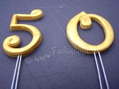 Buchstaben oder Zahlen aus Blütenpaste  wirken oft schöner, wenn man sie aufrecht auf der Torte anbringt und  nicht nur flach aufklebt. Be...