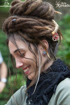 Now I want feather extensions in my dreads and how the hell do I get my dreads… Dreadlock Styles, Dreads Styles, Afro Punk, Dreadlock Hairstyles, Cool Hairstyles, Pelo Rasta, Beautiful Dreadlocks, Dreads Girl, Estilo Hippie