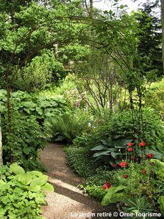 Le Jardin retiré - Né de l'imagination d'Annie Blanchais, le Jardin retiré est un lieu intime et raffiné qui s'étend sur 2500 m². Dans ce cadre romantique, ceinturé par une haie d'arbustes et d'arbres centenaires vous pouvez voir s'épanouir au fil des saisons de nombreuses variétés de roses, clématites, vivaces dont les astrances mais plus encore les hostas pour leur feuillage, de nombreux géraniums, des heuchères, de nombreux arbustes… #Orne #PureNormandie © Orne Tourisme