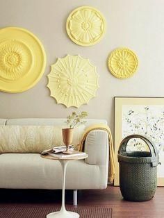 как оформить стену над диваном - лепные розетки