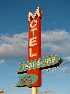 Town House Motel - Longview, Washington by Vintage Roadside Advertising Signs, Vintage Advertisements, Our Man In Havana, Carnival Inspiration, Nightclub Design, Las Vegas Sign, Vintage Neon Signs, Neon Nights, Fun Signs