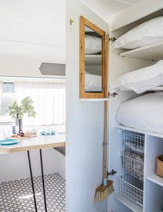 This sweet little caravan has been given the most stylish makeover Dieser süße kleine Wohnwagen hat Caravan Hacks, Caravan Decor, Retro Caravan, Caravan Interiors, Caravan Ideas, Caravan Storage Ideas, Diy Caravan, Small Caravans, Vintage Caravans