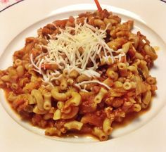 Ouderwetse macaroni met rode saus Macaroni met gehakt en rode saus: wie is. Spaghetti Bolognese, Pasta Recipes, Dinner Recipes, Pasta Noodles, Curry, Everyday Food, Casserole Dishes, No Cook Meals, Food For Thought
