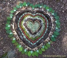 Land Art con Mensajes – Community Art ~ In Natura Land Art, Outdoor Crafts, Outdoor Art, Tee Set, Art In The Park, In Natura, All Nature, Green Nature, Environmental Art