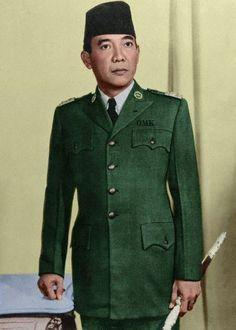 Sukarno (Soekarno) Kala sesi  pemotretan sebagai presiden 1945