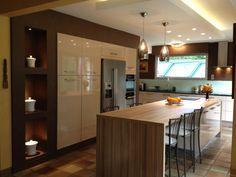 cuisine ouverte ultra design, mur de rangement encastré en bois ... - Cuisine Avec Ilot Central Evier