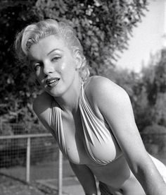 """Photograph of Marilyn Monroe in bombshell bathing beauty mode. Taken October 1950 by Bob Beerman, a staff photographer at Modern Screen. The images from this photo shoot won Screen Album Magazine's """"outstanding pin-up photo of the year. Vintage Hollywood, Classic Hollywood, Fotos Marilyn Monroe, Pin Up, Norma Jeane, Jolie Photo, American Actress, Movie Stars, My Idol"""