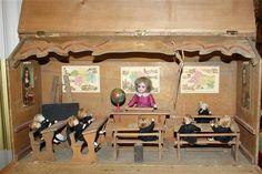 Ancienne Ecole miniature et ses poupées