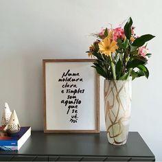 O pôster 'Aquilo que se vê' com um trechinho da música Retrato pra Iaiá (#loshermanos) ficou lindo decorando a sala.  As cores claras no pôster e no arranjo de flores ajudaram a iluminar o ambiente!  - Vista a sua casa para 2017. - http://ift.tt/1dqyBxz (link na bio). #nacasadajoana #abaixoasparedesvazias #pôster #posters #quadros #enquadrados #design #decoração #decor #interiordesign #pinterest #meunacasadajoana #casa #lar #loshermanos #retratopraiaia