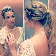 O casamento de Luana Piovani: rabo de cavalo e coroa compõem look jovial da atriz