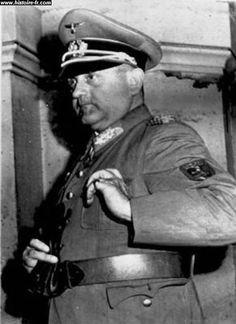 Mercredi 23 août 1944 Hitler donne l'ordre à Von Choltitz d'opérer le maximum de destructions à Paris. La 2e D.B. s'ébranle vers Paris. Von Choltitz menace d'attaquer les édifices publics avec des armes lourdes.