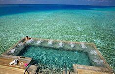 Piscina no resort de Velassaru, em Malé, capital das Maldivas, um chamado de pedaço do paraíso que aproxima os hóspedes dos encantos naturais.