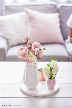 A dream in white and pink. The flowers in the different .-Ein Traum in Weiß und Rosa. Die Blumen in den unterschiedlichen Vasen bringen e… A dream in white and pink. The flowers in the different vases bring a little freshness to the bright room. Flower Vases, Flower Arrangements, Vases Decor, Table Decorations, Bright Rooms, Bedroom Murals, Living Room Colors, Living Rooms, Spring Home