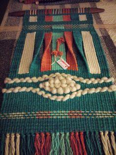 Telar artístico lana de oveja 100% Mariana Urrutia S. Diseños Kollella Weaving Wall Hanging, Textiles, Micro Macrame, Tapestry Weaving, Weaving Techniques, Textile Art, Bag Making, Fiber Art, Knit Crochet