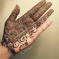 Mehndi is an important part of every Muslim woman's eid look adding to the beauty and grace of hands and feet. If you havent yet finalized your eid mehndi design then I bring to you some of the latest henna patterns to try out this year for bakra eid. Henna Hand Designs, Mehndi Designs Finger, Palm Mehndi Design, Mehndi Designs For Girls, Mehndi Designs For Beginners, Modern Mehndi Designs, Mehndi Design Pictures, Wedding Mehndi Designs, Mehndi Designs For Fingers