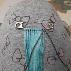 Safety pin brooch friendship bracelet tutorial added by Adik. Friendship Bracelets Tutorial, Friendship Bracelet Patterns, Bracelet Tutorial, Elephant Bracelet, Macrame Bracelets, Brooch Pin, Diy And Crafts, Weaving, Jewelry Making