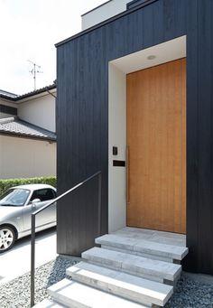 アプローチの床は平板コンクリート。玄関扉は高さ2.6Mのナラ練付。 専門家:山本嘉寛が手掛けた、アプローチの床は平板コンクリート。玄関扉は高さ2.6Mのナラ練付。(小さな中庭と大きな縁側)の詳細ページ。新築戸建、リフォーム、リノベーションの事例多数、SUVACO(スバコ)