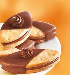 Nuss-Nougat-Schiffchen Recipe: Fine biscuits with a nut-nougat filling for every occasion - One of delicious, tasty recipes by Dr. Dessert Halloween, Halloween Cookie Recipes, Halloween Sugar Cookies, Halloween Parties, Halloween Halloween, Cookies Decorados, Galletas Cookies, Cake Cookies, Cupcakes