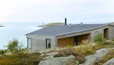 TERRENGTILPASSET: Nybygde hytter av en viss størrelse trenger ikke være prangende. Det er denne hytta på Hvaler et godt eksempel på. Urban Barn, Little Houses, Art Decor, Shed, New Homes, 1, Cottage, Exterior, Outdoor Structures