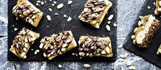 Pähkinäinen suklaaraakakakku on täyteläistä tarjottavaa ja sopii raakaruokailijoiden lisäksi gluteenitonta ja maidotonta ruokavaliota noudattaville. Noin 1,60€/annos.