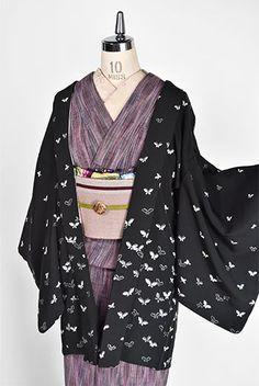 黒の地に凛と映える白美しく染め出されたひらりと舞う蝶々のモチーフがロマンチックなレトロ羽織です。