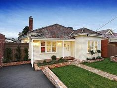 Photo of a weatherboard house exterior from real Australian home - House Facade… Exterior Tiles, Exterior Color Schemes, Bungalow Exterior, Exterior Cladding, Exterior House Colors, Exterior Windows, Silo House, Facade House, House Exteriors