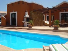 4 bedroom villa in Caleta de Fuste to rent from £800 pw, within 15 mins walk of a Golf course. Also with wheelchair access, solarium, balcony/terrace, air con and TV.