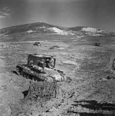 Bishop 25-pdr self-propelled guns in action near Grenadier Hill, 23 March 1943.
