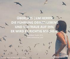 Lass dich von Gott an die Hand nehmen. | Der Spruch des Tages steht in der Bibel auf #BibleServer: Psalm 37,5