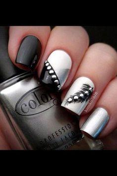 decorando uñas negras con accesorios