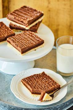 Őrülten finom twix ízű szelet | Street Kitchen Cream Cheese Flan, Desserts With Biscuits, Mousse, Cake Packaging, Tasty, Yummy Food, Hungarian Recipes, Izu, Ice Cream Recipes