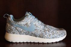 NIKE WOMEN ROSHE RUN BLUE GREY DIGI CAMO DOT PRINT WHITE 525321 400