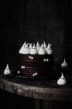 "Kanela and Lemon: Chocolate ""ghost"" cake. Happy Halloween, Diy Halloween Food, Modern Halloween, Halloween Chocolate, Halloween Cupcakes, Halloween Party, Chocolat Halloween, Storm In A Teacup, Ghost Cake"