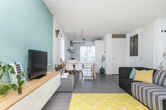 In april 2015 kregen wij voor een stadsvilla in Zwolle de opdracht het interieurontwerp van meerdere etages te maken en uit te werken in 3D: de BG, kinderkamers en de fotostudio. Een toffe uitdaging! Een paar maanden geleden mochten we tijdens de housewarming het resultaat bekijken.  Interieurontwerp: Laura Hindriks Fotografie: Zien24 en Ingeborg Lukkien Contemporary, Rugs, Home Decor, Farmhouse Rugs, Decoration Home, Room Decor, Home Interior Design, Rug, Home Decoration