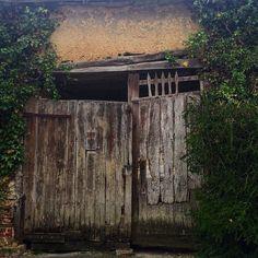 Dans la série vieille porte  #instadoor #porte #somme #gosomme #picardie #picardietourisme #sommetourisme #ancien #abandon #urbex #bois #allonville by lolo_carpe_diem