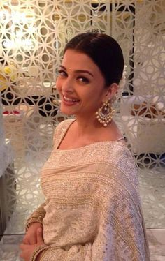Indian Girls Villa: Aishwarya Rai Bachchan Looks Classy in White Saree. Actress Aishwarya Rai, Aishwarya Rai Bachchan, Bollywood Actress, Amitabh Bachchan, Bollywood Saree, Bollywood Celebrities, Bollywood Fashion, Off White Saree, Stylish Sarees