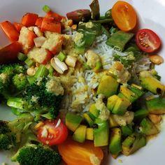 """1,262 Me gusta, 13 comentarios - Dieta sana con nutricionistas (@corporissanum) en Instagram: """"🥗POKE BOL DE VERDURAS Y POLLO CON SALSA DE CACAHUETE Y CURRY 🥗  Os compartimos esta poke bol que…"""" Curry, Cobb Salad, Recipes, Diabetes, Food, Instagram, Peanut Sauce, Sauces, Vegetables"""